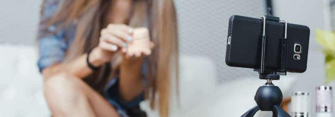 online-merchants-selling-on-social-media-via-mobil-V2M4X6M (1)